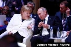 A chanceler alemã, Angela Merkel e o Presidente russo, Vladirmi Putin participam no Fórum da Paz de Paris, por ocasião das celebrações do Dia do Armistício. 11 de Novembro Paris, França
