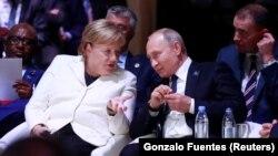 Almanya Başbakanı Angela Merkel ve Rusya Lideri Vladimir Putin gleceğe yönelik doğalgaz anlaşmaları konusunu telefonla görüştü.