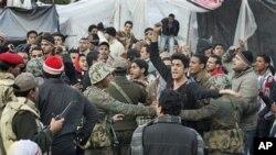 埃及军队清理解放广场并与拒绝撤离的抗议者争吵