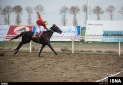 Kegiatan menunggang kuda yang didominasi oleh pria. (Foto: ISNA)