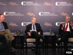 卡内基国际和平基金会就举办的讨论会上两位资深研究员:中国问题专家史文(Michael Swaine,左)和国际安全与亚洲战略专家阿什利·泰利斯(Ashley Tellis,右)(2015年5月中旬,美国之音钟辰芳拍摄)