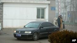 중국의 유명 인권변호사 푸즈창 씨가 22일 집행유예 선고를 받은 후 아내와 함께 베이징 외곽의 제1 강제수용소를 떠나고 있다.