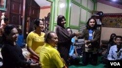 Pimpinan pesantren waria Al Fatah, Shinta Ratri (tengah/berhijab) menerima sumbangan buku-buku tuntutan shalat dan Iqro dari mahasiswa Universitas Ahmad Dahlan Yogyakarta.(Foto: VOA/Munarsih).