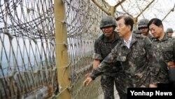 한민구 한국 국방부 장관이 7일 중동부 GOP(일반전초) 소초를 취임 후 처음으로 순시하고 있다.