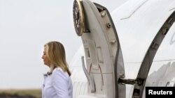 Menteri Luar Negeri AS, Hillary Clinton tiba di Bandara Internasional Jomo Kenyatta di Nairobi, Kenya (4/8).