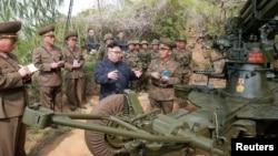 김정은 북한 국무위원장이 연평도가 앞에 보이는 서해 최남단 장재도방어대와 무도영웅방어대를 시찰해 '전투동원 준비실태와 군인생활 문제'를 파악했다고 '조선중앙통신'이 5일 보도했다.