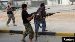 De miliciens se battent au centre de Bani Walid, Libye, 24 octobre 2012.