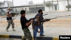 Para anggota milisi Libya menembaki sebuah bangunan (foto: dok). Kawanan bersenjata menewaskan seorang warga AS di Benghazi Kamis, 5/12.