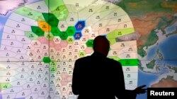Nhân viên công ty vệ tinh Inmarsat phân tích các tin nhắn của chiếc Boeing 777 đi qua hệ mạng lưới vệ tinh của họ tại trụ sở ở London, ngày 25/3/2014.