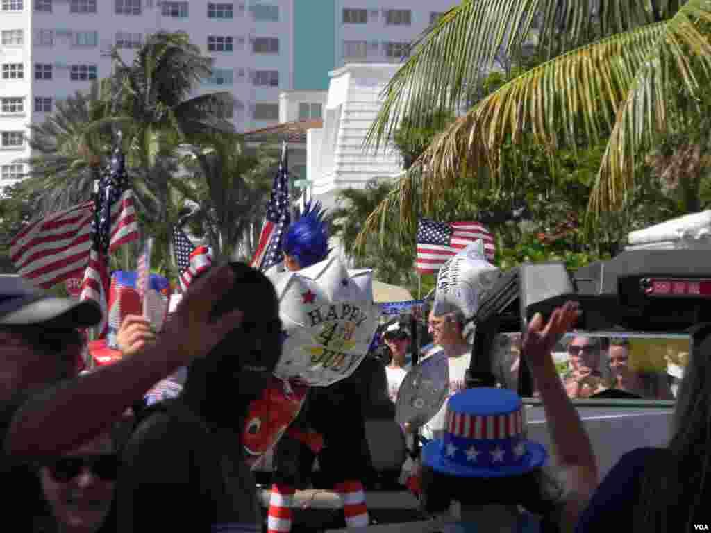 Los globos con leyendas sobre la celebración del 4 de Julio en Estados Unidos acompañaron el desfile en Lauderdale by the Sea, Florida.