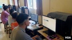 Aktivitas belajar dari rumah melalui daring dilakukan anak-anak Panti Asuhan Benih Kasih, di Surabaya, 27 April 2020. (Foto: Petrus Riski/VOA)