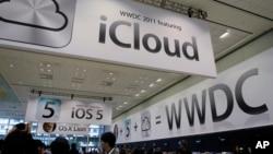 지난 2011년 미국 샌프란시스코 애플사 매장에 아이클라우드(iCloud)를 광고하는 포스터가 붙어있다.