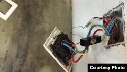 艾未未工作室发现有多个秘密安装在墙壁插座内窃听器(网络图片/艾未未社交网站)