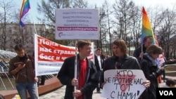 5月1日的莫斯科左翼政治势力集会中,支持同性恋的捍卫国际劳工委员会俄罗斯分部的活动人士。标语的意思是,团结就是力量。用劳工团结来取代性别歧视,民族主义和同性恋恐惧 (美国之音白桦)