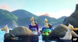 "Dalam gambar yang dirilis oleh Disney ini, karakter Alberto, disuarakan oleh Jack Dylan Grazer (kiri tengah) dan Luca, disuarakan oleh Jacob Tremblay, dalam sebuah adegan dari film animasi ""Luca."" (Disney via AP)"