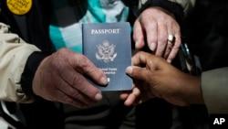 一本人们手中传递的美国护照(资料照片)