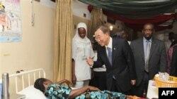 Generalni sekretar UN-a Ban Ki-mun raygovara sa pacijentom u bolnici u Abudži , Nigeria