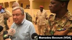 Le Secrétaire général de l'ONU, Antonio Guterres, dans la ville de Mopti (centre, Mali), 05 30 2018. Photo VOA Mamoudou Bocoum