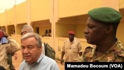 Sekretaris Jenderal PBB Antonio Guterres di Mopti, Mali tengah), 30 Mei 2018. (Foto: Mamoudou Bocoum/VOA)