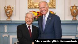 Tổng bí thư Nguyễn Phú Trọng gặp ông Joe Biden, khi còn là phó tổng thống Mỹ, tại Washington hồi tháng 7/2015. Ông Trọng, giờ đây kiêm nhiệm chủ tịch nước, và Thủ tướng Nguyễn Xuân Phúc, đã gửi lời chúc mừng tới ông Biden, người vừa đắc cử tổng thống Mỹ.