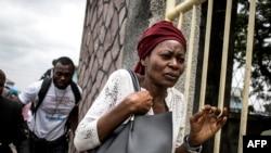 Une femme congolaise court après que la police a tiré pour disperser une foule à la foule, le 12 janvier 2018.