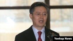 한국 측 6자회담 수석대표인 황준국 외교부 한반도평화교섭본부장이 14일 김포공항을 통해 중국으로 출국하며 취재진의 질문에 답하고 있다.