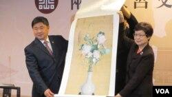 两岸故宫在台北联合召开记者会并交换纪念品(美国之音张永泰拍摄)