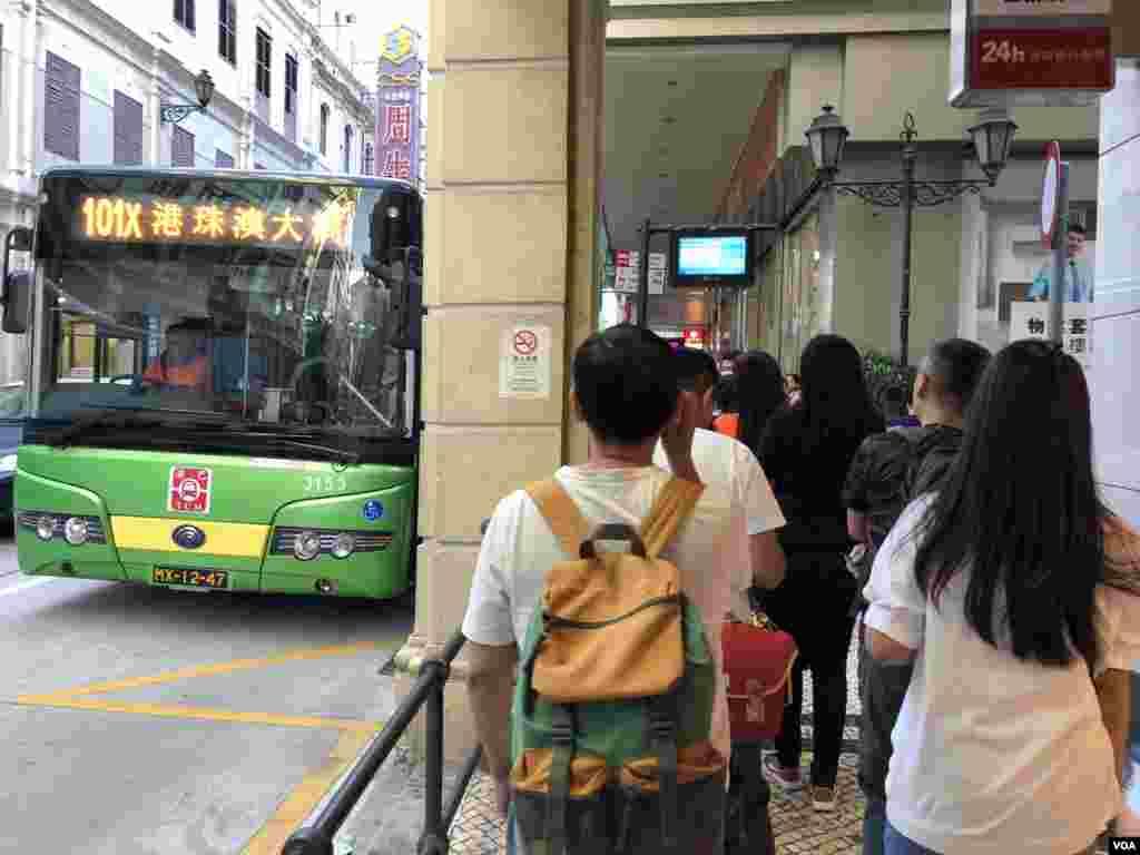 澳門市區新馬路往港珠澳大橋的巴士站人頭湧湧。(美國之音湯惠芸拍攝)