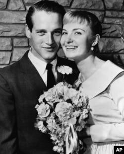 جوآن وودوارد و پل نیومن یک سال پس از آشنایی در ۲۹ ژانویه سال ۱۹۵۸ در لاس وگاس ازدواج کردند