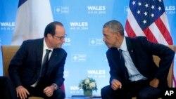 Une rencontre entre le président américain Barack Obama et son homologue français François Hollande lors du sommet de l'OTAN au Celtic Manor, Newport, Pays de Galles, vendredi 5 septembre 2014.