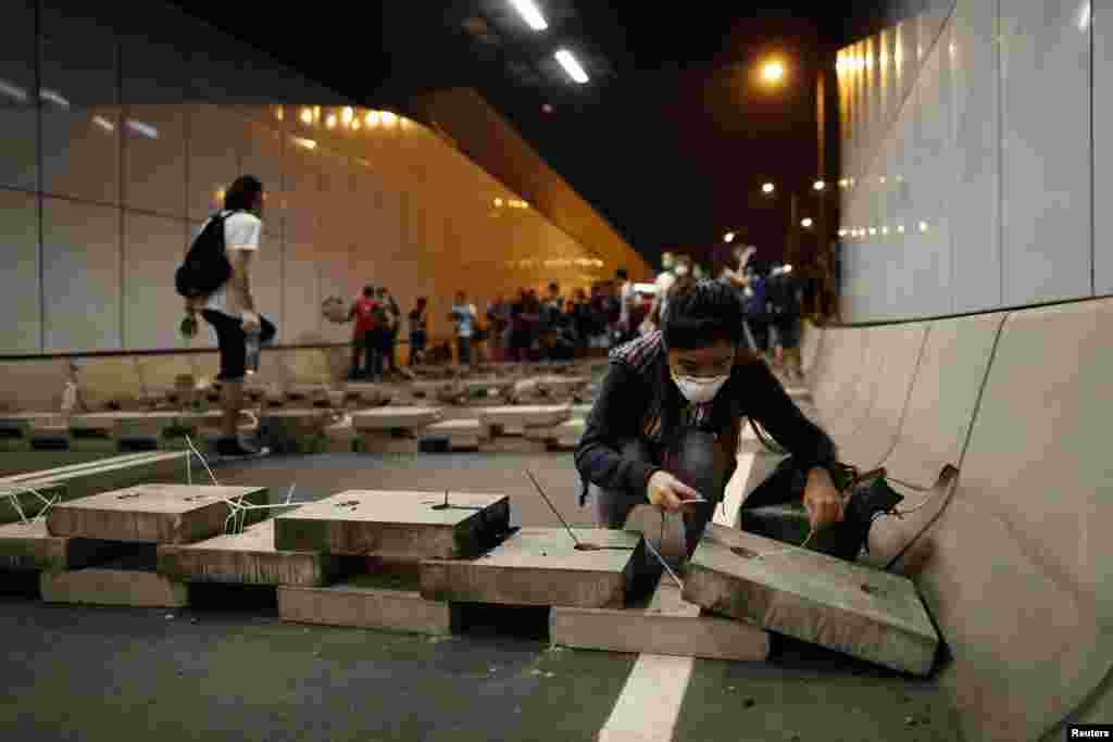 احتجاج کرنے والوں نے لنگ وو روڈ پر واقع سرنگ پر دھاوا بول کر اسے بند کر دیا۔