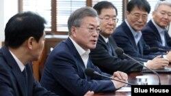"""문재인 한국 대통령이 21일 청와대 여민관에서 열린 남북정상회담 준비위원회 2차 회의에서 발언하고 있다. 문재인 대통령은 이 자리에서 진전에 따라 """"남-북-미 3국 정상회담이 이뤄질 수도 있을 것""""이라고 밝혔다."""