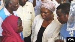 Utusan kemanusiaan PBB, Valerie Amos (tengah) saat meninjau bencana kelaparan di Mogadishu, Somalia (13/8).