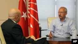 Kemal Kilicdaroglu, leader of Turkey's main opposition party, the Republican People's Party, being interviewed in Ankara by VOA Turkish Service reporter Baris Ornarli, seated left