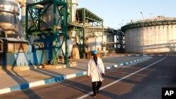 Un travailleur dans les installations d'une usine de phosphate à Jorf Lasfar, Maroc, 22 décembre 2011.