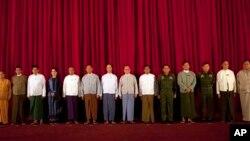 Tổng thống Myanmar Thein Sein và các đại biểu dự cuộc họp tại dinh tổng thống trong thủ đô Naypyidaw, 31/10/14