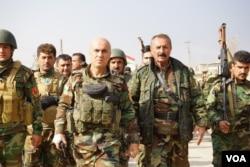 Senior Kurdish peshmerga and their soldiers start moving briskly toward the sound of gunfire in Bashiqa, Iraq, Nov. 8, 2016. (J. Dettmer/VOA)