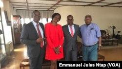 Me. Claude Assira, à gauche, avec d'autres membres du collège d'avocats devant assurer la défense des 47 sécessionnistes extradés du Nigeria, le 5 février 2018. (VOA/Emmanuel Jules Ntap)