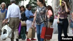 Orang-orang berbelanja di London, Agustus 2016. (Reuters/Neil Hall)