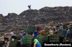 Sekelompok pemulung mengumpulkan plastik dan kertas untuk didaur ulang di tempat pembuangan sampah utama Bantar Gebang, 10 Oktober 2011. Sekitar 830 truk mengumpulkan sampah di Jakarta yang jumlahnya sekitar 6.000 ton per hari, dan mengirimkannya. ke temp