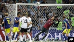 Golman Švedske Robin Olsen neuspešno pokušava da zaustavi šut nemačkog reprezentativca Tonija Krosa, kojim je postavio konačan rezultat (Foto: AP/Michael Probst)