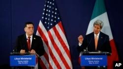 리비아 사태를 논의하기 위해 16일 오스트리아 빈을 찾은 존 케리 미 국무장관(오른쪽)과 파예즈 사라지 리비아 총리가 공동기자회견을 하고 있다.