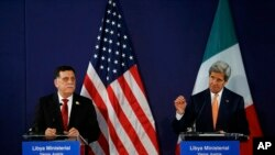 Le Premier ministre libyen Fayez al-Sarraj et le secrétaire d'État John Kerry lors d'une conférence de presse à Vienne le 16 mai 2016.