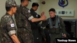 한국 공군은 오는 21일까지 미국 태평양사령부 주관으로 알래스카에서 실시되는 '레드플래그 알래스카' 훈련에 F-16D 전투기 6대가 참가한다고 밝혔다. 미국 알래스카주 아일슨 기지로 떠나는 조종사가 장병들의 격려 속에 전투기로 향하고 있다.