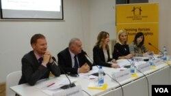 """Učesnici panela na konferenciji """"Ljudska prava iznad pregovaračkih poglavlja"""", u organizaciji Komiteta pravnika za ljudska prava (YUCOM), u Kući ljudskih prava u Beogradu, 22. februara 2019."""