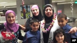 在夏威夷起诉川普旅行禁令的一名原告,一位叙利亚妇女在檀香山国际机场迎接她的婆婆(2017年8月12日)