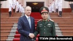 Thư ký Hội đồng An ninh Liên bang Nga Nikolai Patrushev, người mang lô vaccine Sputnik V mà Tổng thống Vladimir Putin tặng Việt Nam, được đón tiếp tại Hà Nội bởi Thứ trưởng Bộ Quốc phòng Phan Văn Giang hôm 16/3.