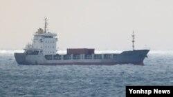 지난 15일 기관실 화재로 구조요청을 했던 시에라리온 선적의 화물선 J호가 16일 제주 서귀포시 대포포구 남쪽 3㎞ 해상에 떠 있다. 북한 라진항에서 출항해 중국 상하이로 가려던 J호에는 북한 선원 15명이 탑승한 것으로 알려졌다.