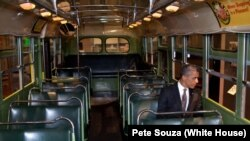 باراک اوباما رییس جمهوری آمریکا در صندلی رزا پارکز در اتوبوس، موزه هنری فورد در میشیگان، آوریل ۲۰۱۲