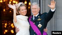 比利时庆祝国庆 - 比利时国王贝尔二世退位: 2013年7月21日比利时菲利普国王和王后玛蒂尔德在布鲁塞尔皇家宫殿阳台向人群致敬